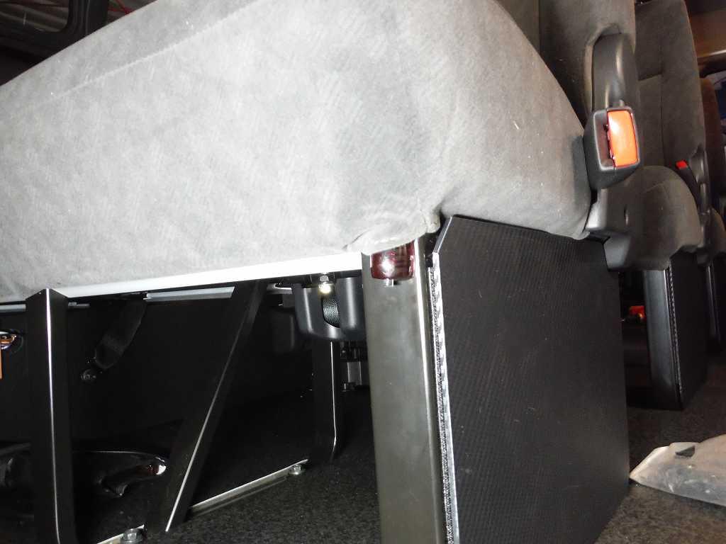室温センサーが2つ付きます<br /> 1つはセカンドシート下側に取り付けます
